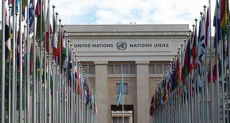 A Praça das Nações fica em frente à Sede da ONU em Genebra. É lá que você vai encontrar um grande corredor com a bandeira de todos os países membros da Organização. Só um detalhe, muitas pessoas acham que a entrada para o passeio guiado na ONU é aí, mas não é. Para fazer a visita você deve se dirigir à outra entrada que fica em frente ao Museu da Cruz Vermelha.